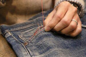 穴の開いたジーンズを、おしゃれにリペア(修理・補修)する方法。