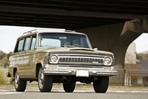 高級SUVのルーツとなった、ジープの名作4ドアワゴン「ワゴニア」。