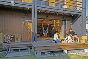 リビングとウッドデッキが繋がって、 キャンプ気分が味わえる家。|BESS